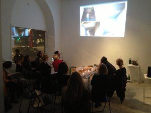 Pilvi Vanamo presenterar för övriga volontärer