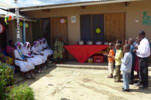 Barnen sjunger för sina nykonfirmerade syskon