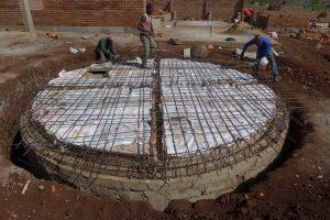 Armeringsstrukturen för vattentanken sätts på plats.