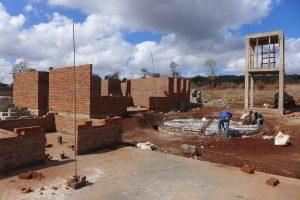 Framsidan och studierummet på hus A, bredvid arbetet med vattentanken.