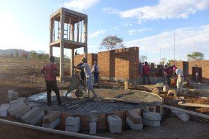 Popo häller ut cementblandningen i takstrukturen