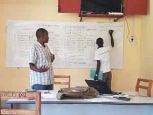 Felix och Davis på Vi-skogen undervisar oss i agroforestrytekniker.