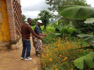 Caroline och Philippo diskuterar växtförslag. Philippo har trädgårdsanläggningsfirma och hjälper oss med att förverkliga vår gestaltning.