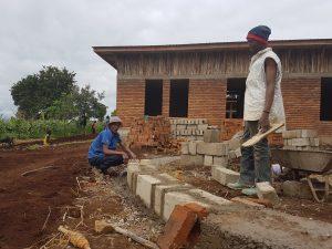 James och Frank murar grunden till gråvattenträdgården